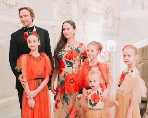 Чарльз и Ольга Томпсон с дочерьми