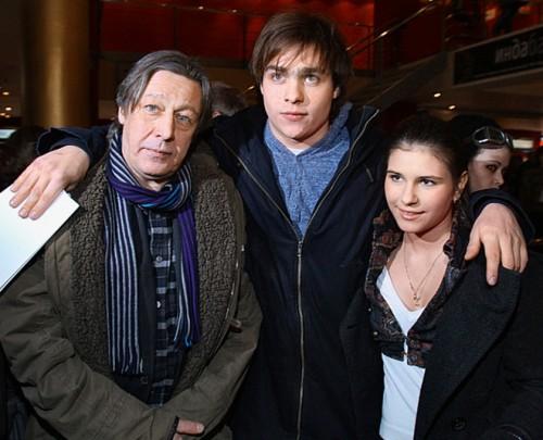 Михаил Ефремов с сыном Николаем и актрисой Юлией Котовой