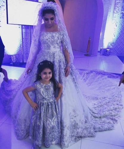 Невеста с маленькой гостьей Алимой