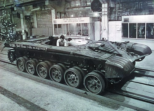 На конвейере сборки танков Т-72 в 1982 году