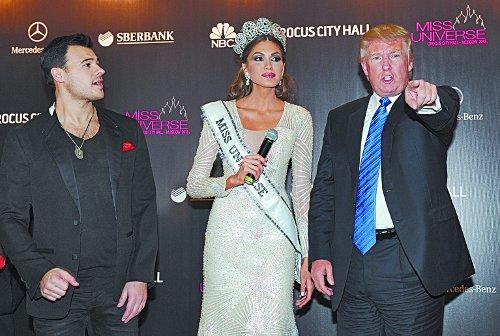 Трамп позирует вместе с победительницей конкурса «Мисс Вселенная-2013» Габриэлой Испер из Венесуэлы. Фото: Ирина Бужор/коммерсантъ