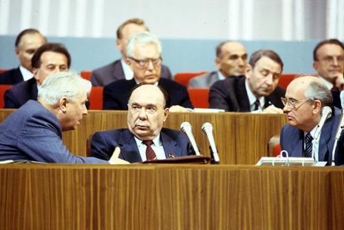 Егор Кузьмич Лигачев, Александр Николаевич Яковлев и Михаил Сергеевич Горбачев (слева направо)