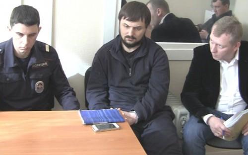 Допрос арестованного офицера ГУЭБиПК МВД Ивана Косоурова (в центре)