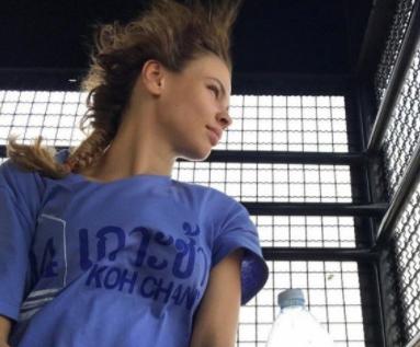 russkaya-devka-popala-v-kazarmu-video